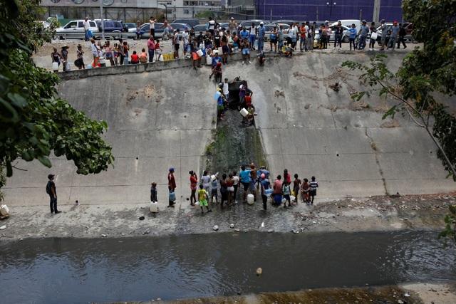 Người Venezuela tuyệt vọng vì mất điện, thiếu nước - 1