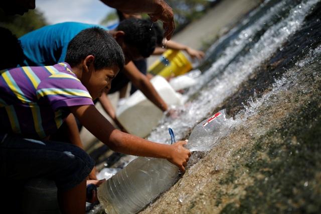 Người Venezuela tuyệt vọng vì mất điện, thiếu nước - 3
