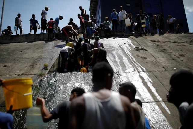 Người Venezuela tuyệt vọng vì mất điện, thiếu nước - 4