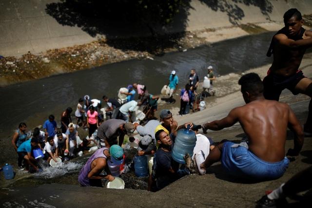 Người Venezuela tuyệt vọng vì mất điện, thiếu nước - 2