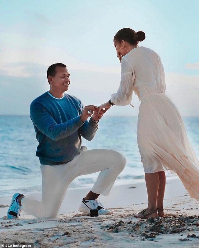 Jennifer Lopez hé lộ khoảnh khắc bồ trẻ cầu hôn - 1