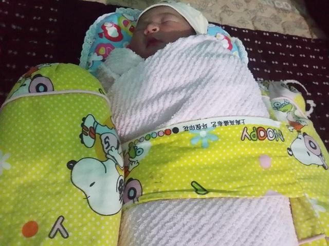 Bé gái sơ sinh bụ bẫm bị bỏ trong túi nilon nằm bên vệ đường - 1