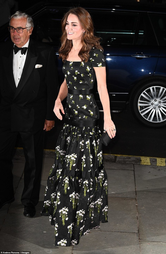 Công nương Kate Middleton khoe dáng siêu thon sau 3 lần sinh nở - 1