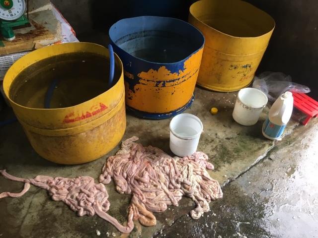 Phát hiện hàng trăm kg nội tạng bò chế biến trên nền nhà, gần bãi rác - 1