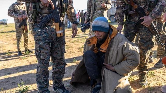 Hơn 3.000 tay súng IS ồ ạt đầu hàng tại thành trì cuối cùng ở Syria - 1