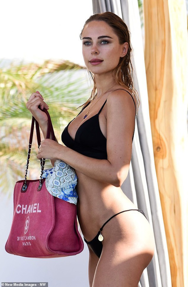 Kimberley Garner quyến rũ trên biển Miami - 1