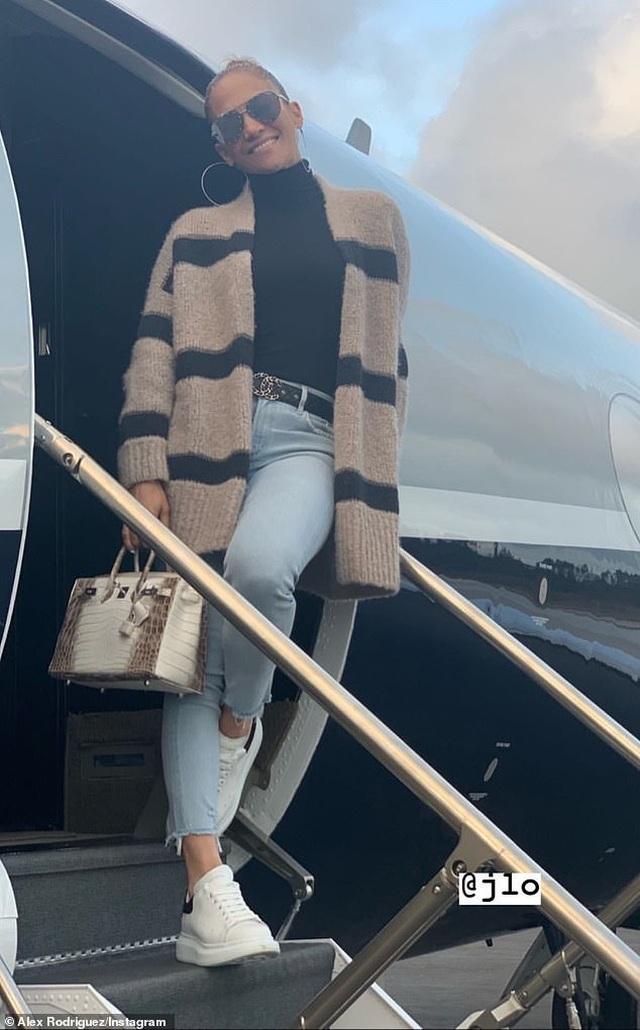 Jennifer Lopez và bạn trai trở về sau kỳ nghỉ ngọt ngào  - 6