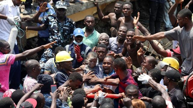Trường học đổ sập tại Nigeria, 100 học sinh nghi bị chôn vùi - 3