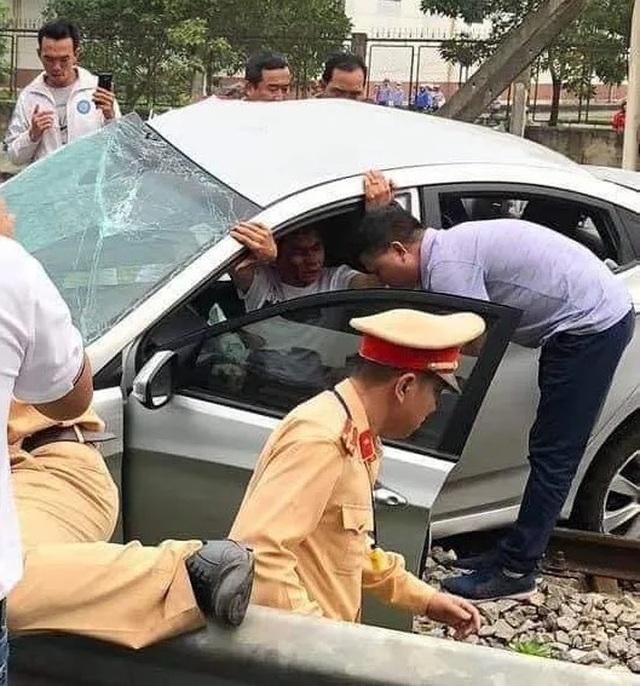Xác định nguyên nhân ban đầu vụ tàu hỏa tông ô tô làm 2 người chết  - 1