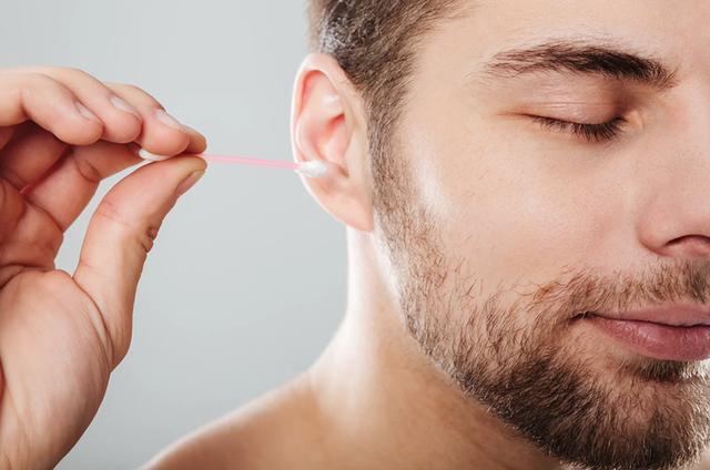 Một người đàn ông làm sạch tai bằng tăm bông… bị nhiễm trùng trong hộp sọ - 1
