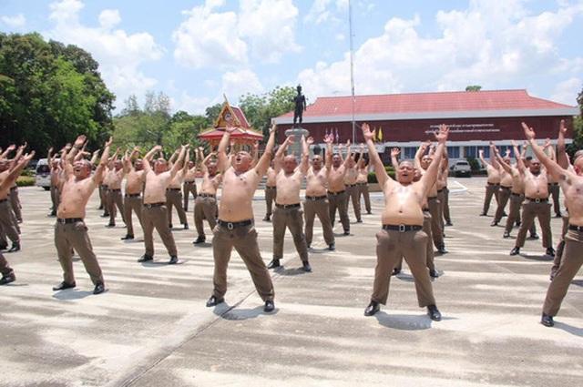 Thái Lan: Lười, ăn nhiều, cảnh sát bị gửi đi trại để triệt mỡ thừa - 2