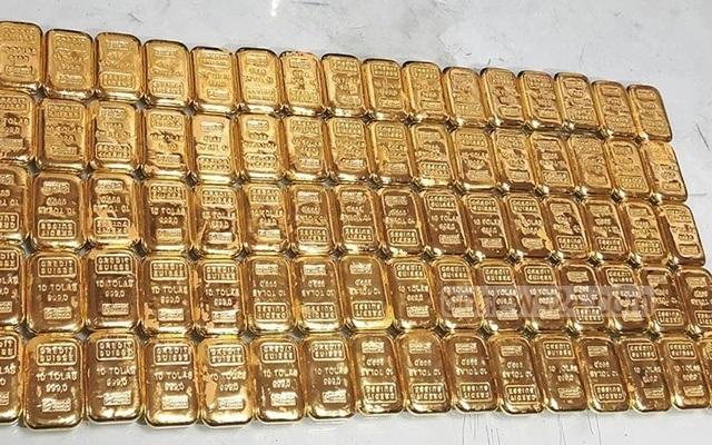 Tìm thấy 106 thỏi vàng nặng khoảng 12kg trong nhà vệ sinh trên máy bay - 1