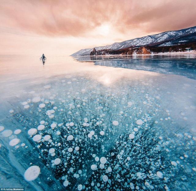 Tuyệt tác vết nứt như hiện tượng siêu nhiên trên hồ nước ngọt sâu nhất thế giới - 2