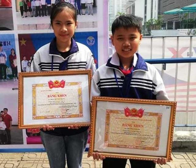 Hai em Trương Văn An, Phan Quỳnh Trang nhận bằng khen tại Cuộc thi KHKT cấp quốc gia dành cho học sinh trung học khu vực phía Bắc  năm 2019.
