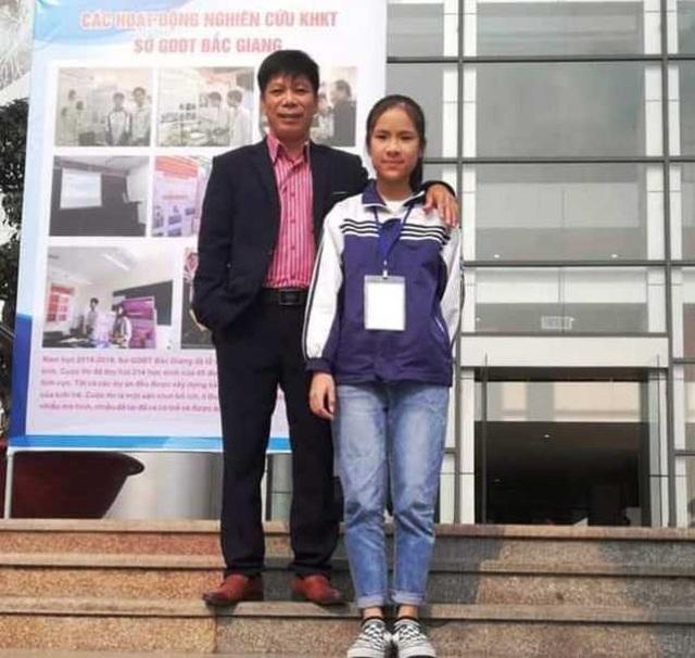 Em Phan Quỳnh Trang và bố mình tại cuộc thi.