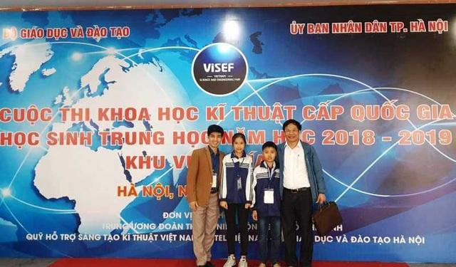 Hai em Trương Văn An, Phan Quỳnh Trang tại cuộc thi KHKT cấp quốc gia năm 2019.