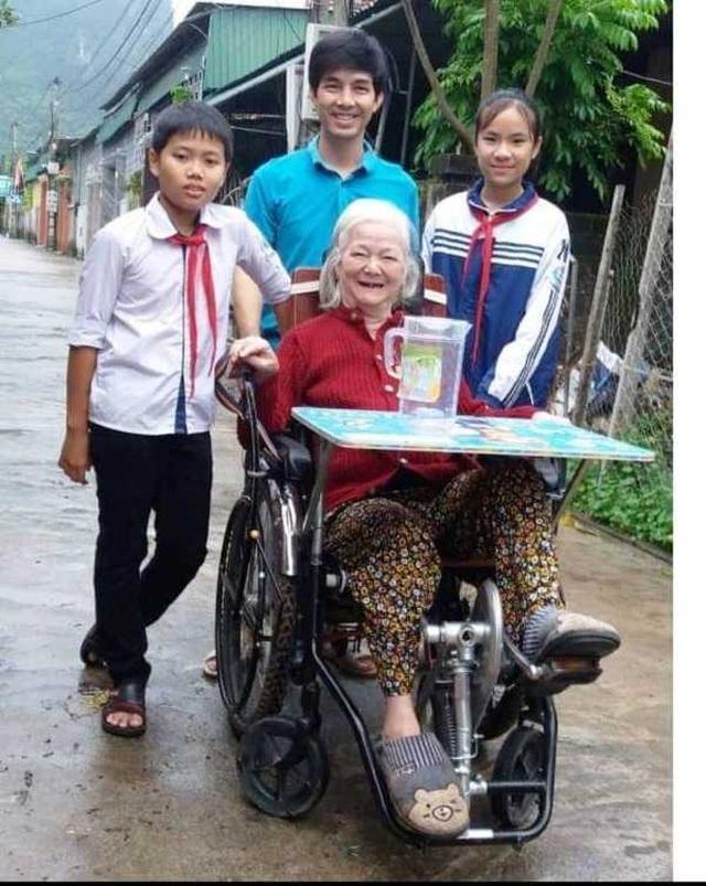 Ba thầy trò bên chiếc xe lăn và người đầu tiên thử nghiệm cũng chính là mẹ thầy Việt. Nụ cười hạnh phúc của bà đã chứng minh những giá trị thực tiễn mà chiếc xe mang lại.