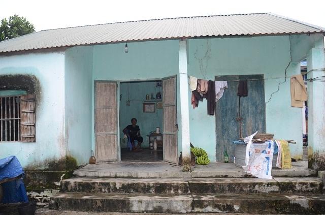 Khốn cảnh con gái hơn 60 tuổi tật nguyền chăm mẹ già trong căn nhà sắp sập - 1