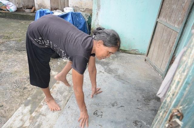 Khốn cảnh con gái hơn 60 tuổi tật nguyền chăm mẹ già trong căn nhà sắp sập - 6