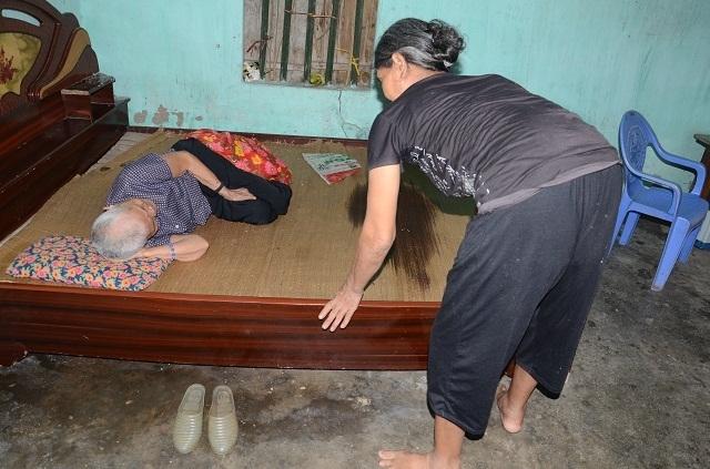 Khốn cảnh con gái hơn 60 tuổi tật nguyền chăm mẹ già trong căn nhà sắp sập - 9