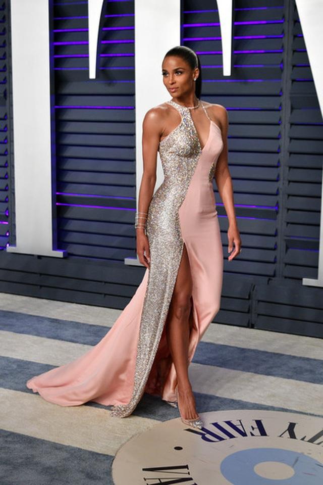 Ciara diện váy điệu đà lấp ló ngực đầy - 6