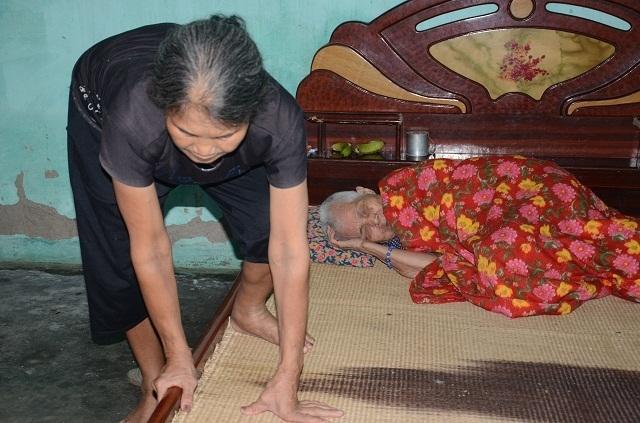Khốn cảnh con gái hơn 60 tuổi tật nguyền chăm mẹ già trong căn nhà sắp sập - 7