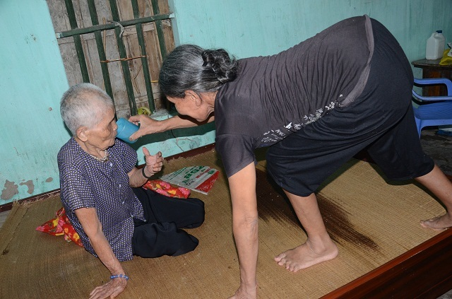 Khốn cảnh con gái hơn 60 tuổi tật nguyền chăm mẹ già trong căn nhà sắp sập - 10