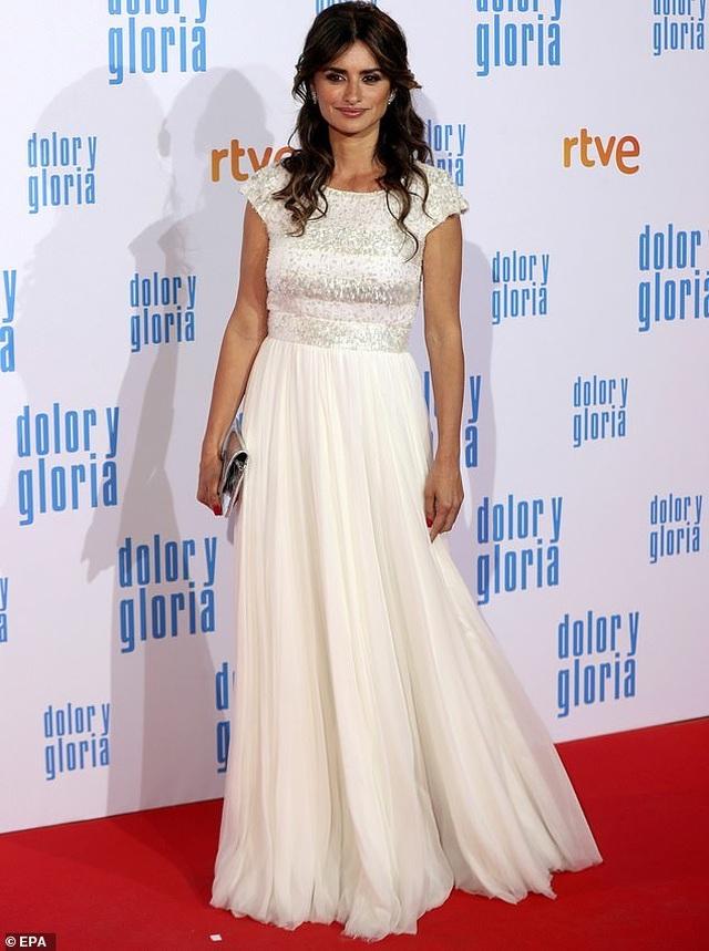 Penelope Cruz vẫn trẻ đẹp ở tuổi 45 - 1
