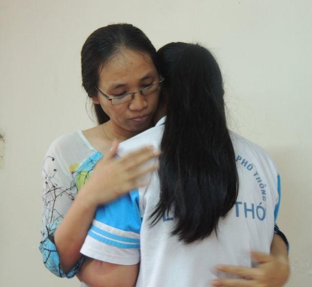 Tiếp tục đình chỉ giảng dạy với cô giáo câm lặng vì ném vở học sinh - 1
