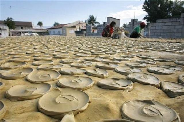 Quá đói, người dân Haiti phải ăn bánh làm từ bùn - 2