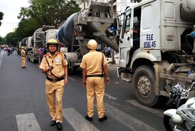 """Gần 30 xe bồn """"đại náo"""" trung tâm Sài Gòn, CSGT """"tất bật"""" lập biên bản - 4"""