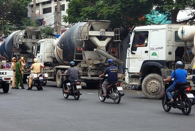 """Gần 30 xe bồn """"đại náo"""" trung tâm Sài Gòn, CSGT """"tất bật"""" lập biên bản - 2"""