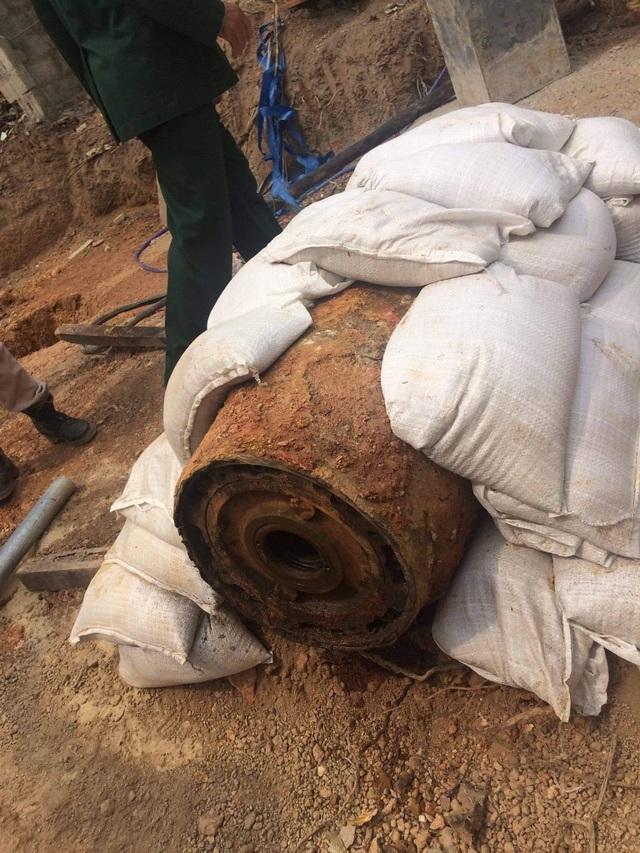"""Tháo ngòi nổ cho quả bom """"khủng"""" nặng 343 kg ngay tại nơi phát lộ - 2"""