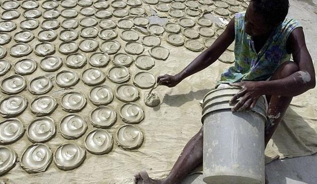 Quá đói, người dân Haiti phải ăn bánh làm từ bùn - 1