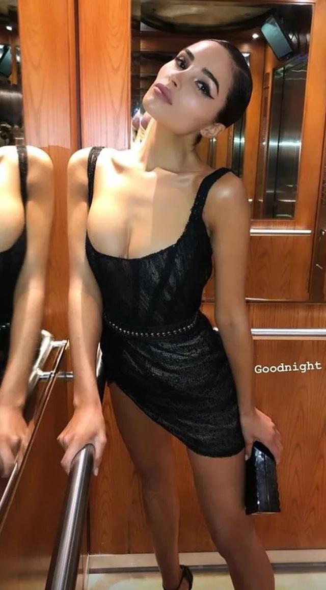 Hoa hậu hoàn vũ khoe ngực đầy đặn và chân thon dài - 4