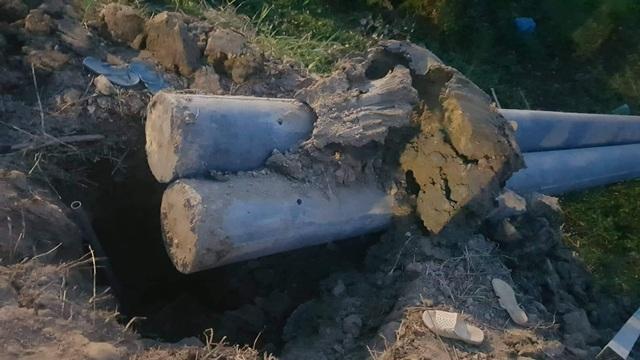 Cột điện đổ đè 2 người thương vong - 2