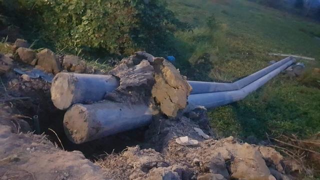 Cột điện đổ đè 2 người thương vong - 1