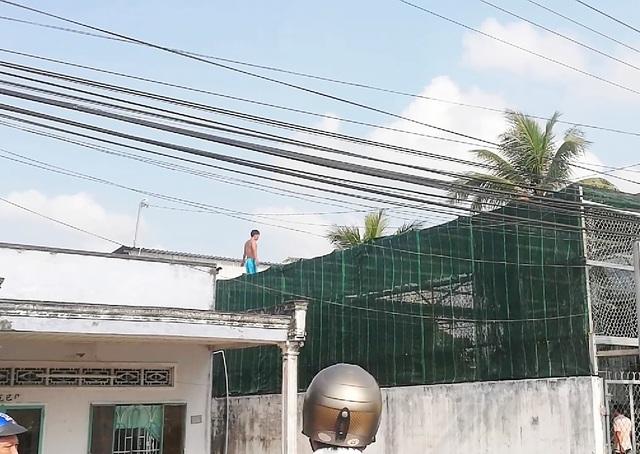 Thót tim giải cứu nam thanh niên làm xiếc trên cột điện - 4