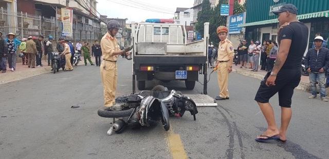Tài xế ôm vô lăng nhún nhảy sau khi tông hàng loạt ô tô, xe máy - 1