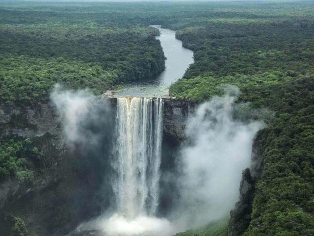 Thác nước nằm ở rìa thế giới có tốc độ chảy mạnh nhất - 1