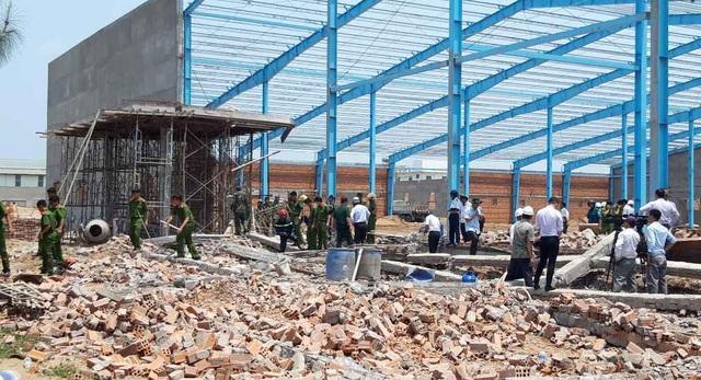Sập bức tường cao hơn 10m, 5 người tử vong - 2