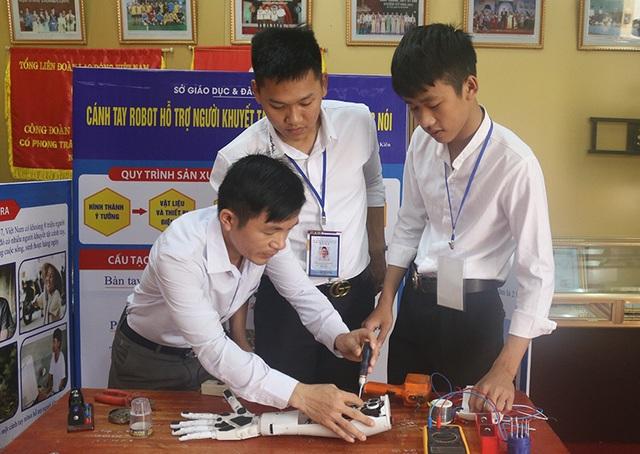 Hai nam sinh lớp 12 chế tạo cánh tay robot điều khiển bằng giọng nói - 2