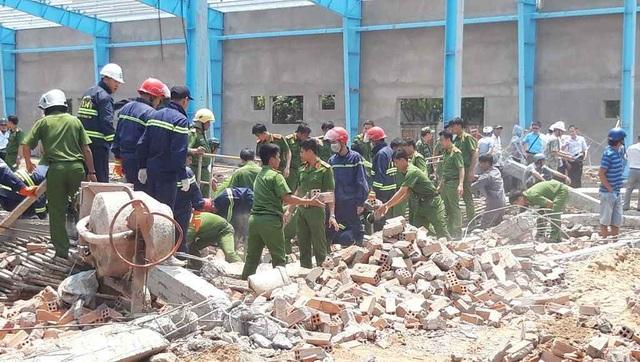 Sập bức tường cao hơn 10m, 5 người tử vong - 1