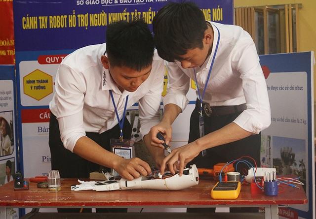 Hai nam sinh lớp 12 chế tạo cánh tay robot điều khiển bằng giọng nói - 1