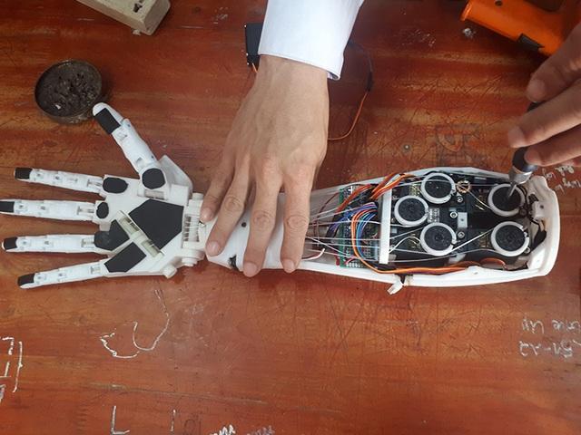 Hai nam sinh lớp 12 chế tạo cánh tay robot điều khiển bằng giọng nói - 3