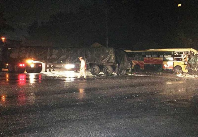 Xe khách tông xe đầu kéo, 1 người chết, nhiều người bị thương - 1