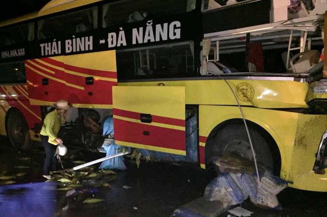 Xe khách tông xe đầu kéo, 1 người chết, nhiều người bị thương - 4
