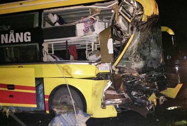 Xe khách tông xe đầu kéo, 1 người chết, nhiều người bị thương - 2
