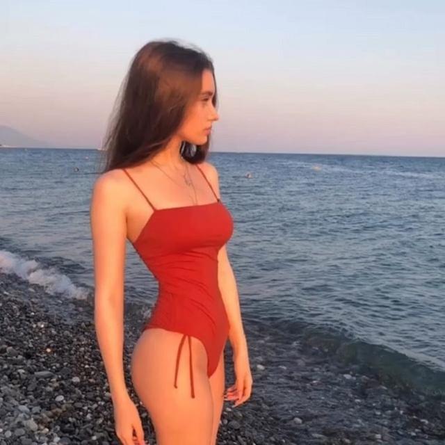Búp bê song sinh nước Nga gây sốc vì eo bé chỉ bằng gang tay - 18