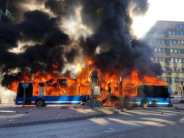 Xe buýt chạy bằng khí hoá lỏng LNG nổ tung sau va chạm - 1